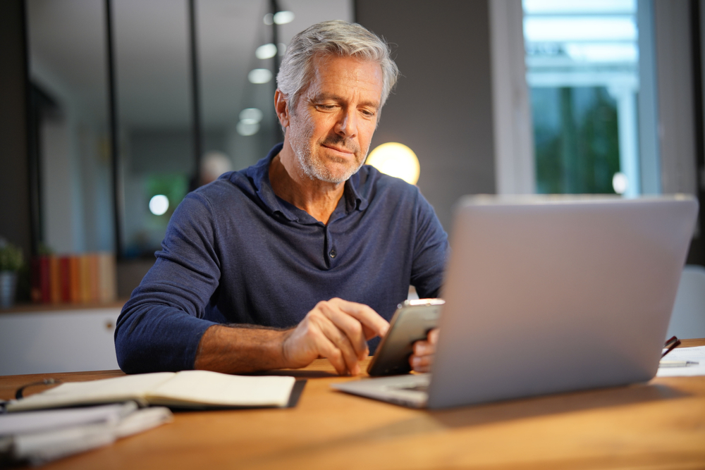 Portrait,Of,Senior,Man,With,Grey,Hair,Connected,With,Laptop